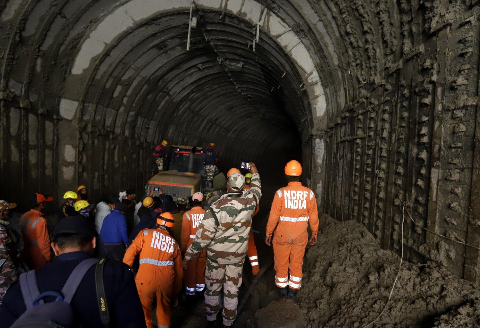 2月8日,在印度北阿肯德邦傑莫利地區,救援人員在被洪水沖毀的水電站附近開展救援。