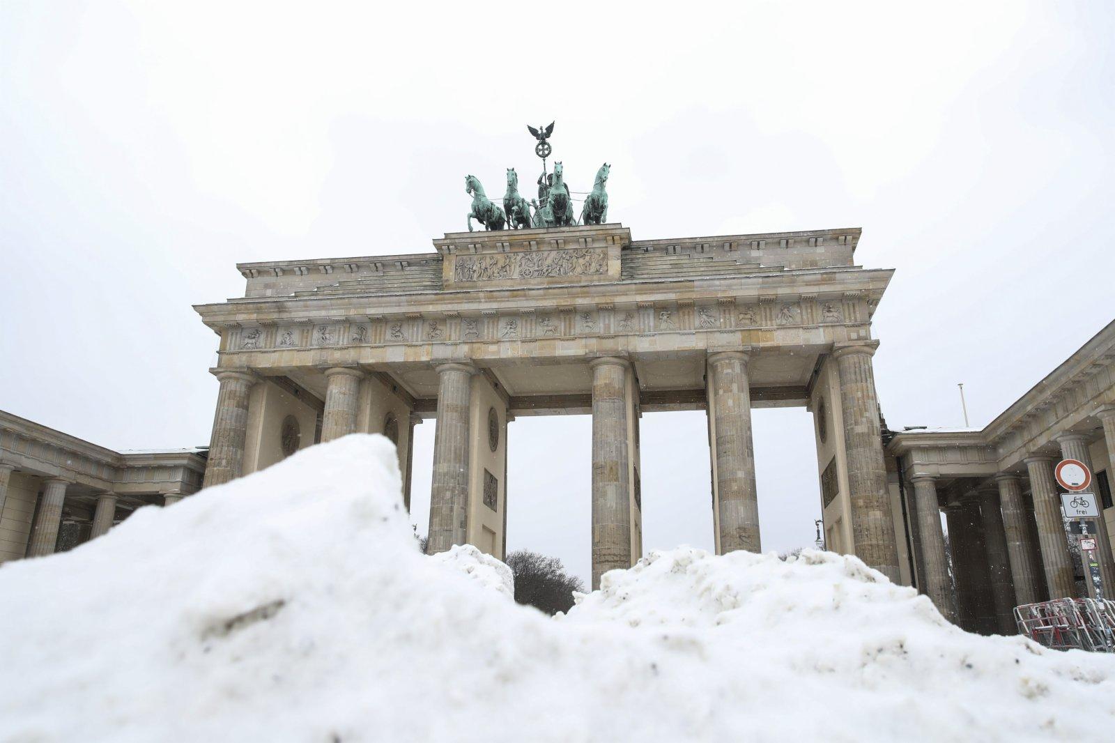 這是2月9日在德國首都柏林拍攝的勃蘭登堡門前的雪堆。(新華社)