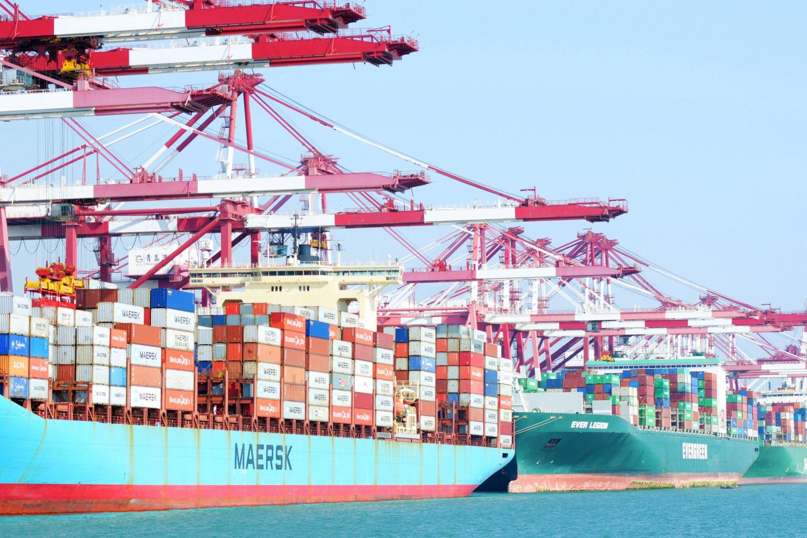 2月9日,山東港口青島港外貿集裝箱碼頭,集裝箱班輪在裝卸集裝箱。(新華社)