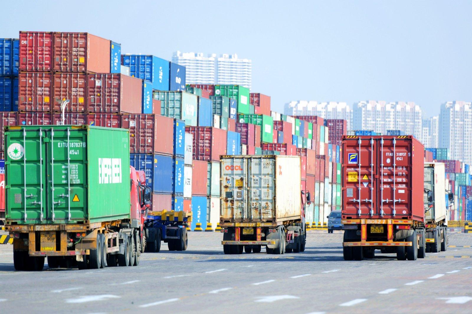 2月9日,山東港口青島港外貿集裝箱碼頭,貨車在運送集裝箱。(新華社)