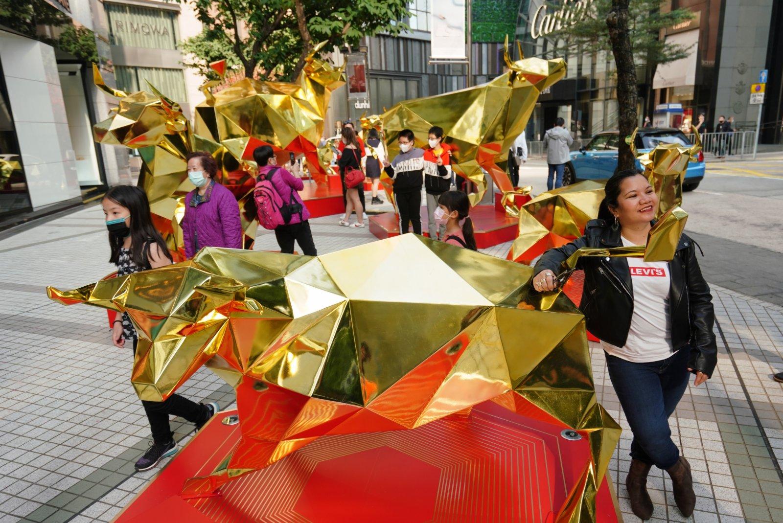 銅鑼灣街頭的「金牛呈祥」裝置吸引眾多市民拍照留念。