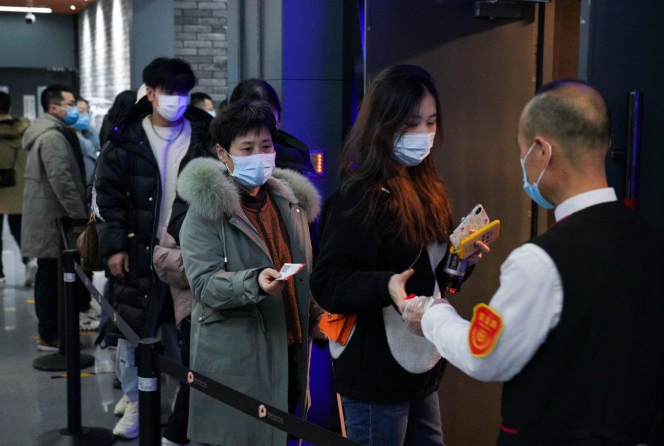 2月17日,觀眾在北京前門的保利國際影城影廳外檢票進場。(新華社)