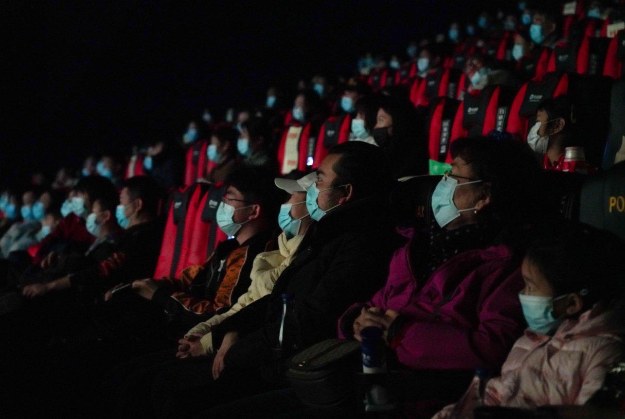 2月17日,觀眾在北京前門的保利國際影城觀看電影。(新華社)