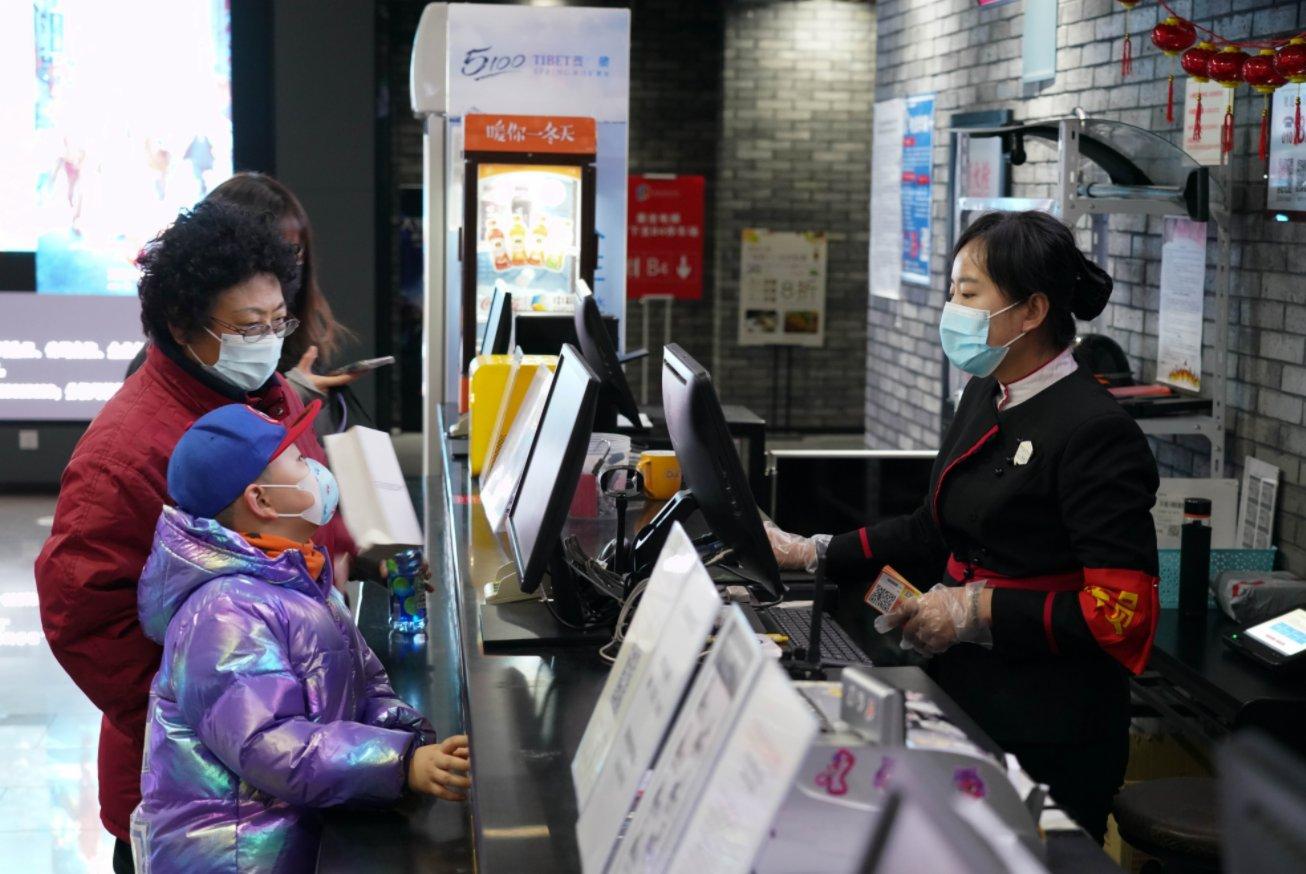 2月17日,在北京前門的保利國際影城,觀眾諮詢票務事宜。(新華社)