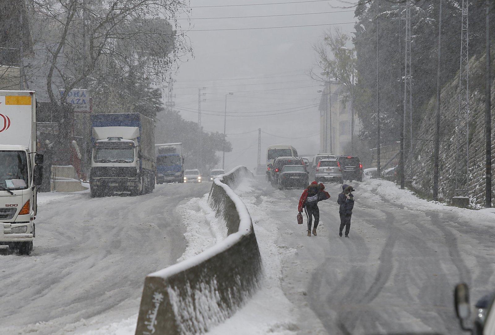 2月17日,暴風雪襲擊黎巴嫩部分地區,對當地交通造成較大影響。(新華社)