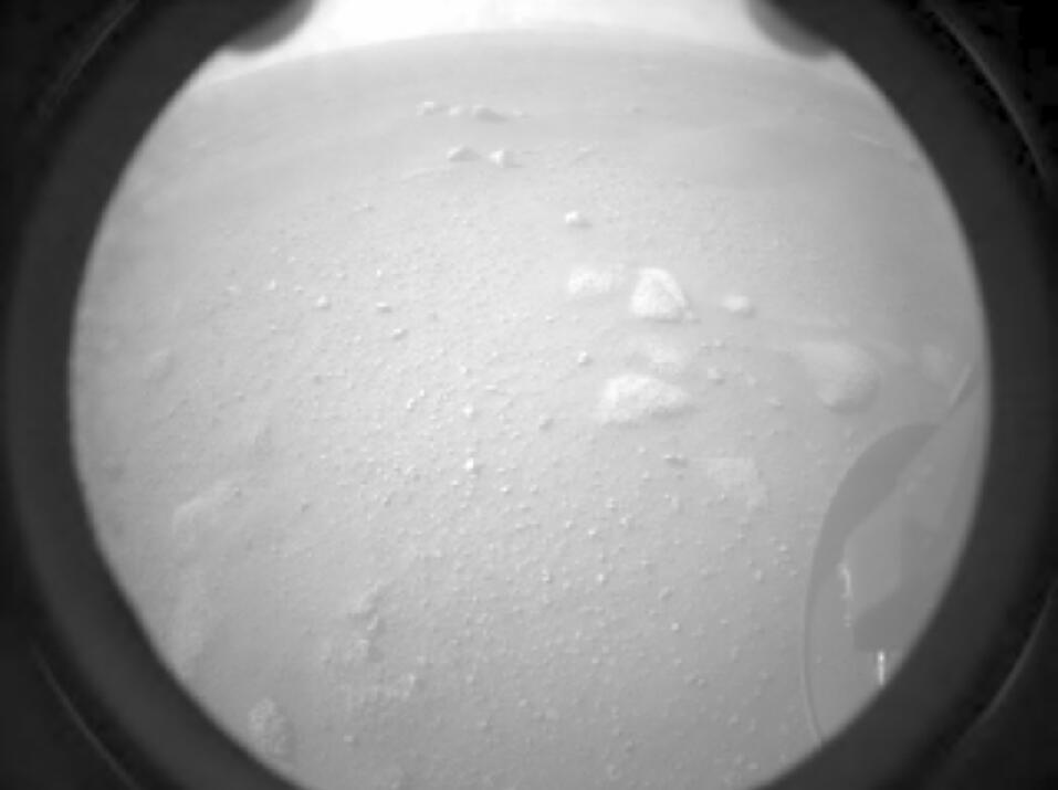 「毅力」號將在火星停留兩年,還會發放無人直升機「小機靈」號協助探索,採集火星地表岩石和泥土樣本,尋找火星是否曾有生命跡象。(新華社)