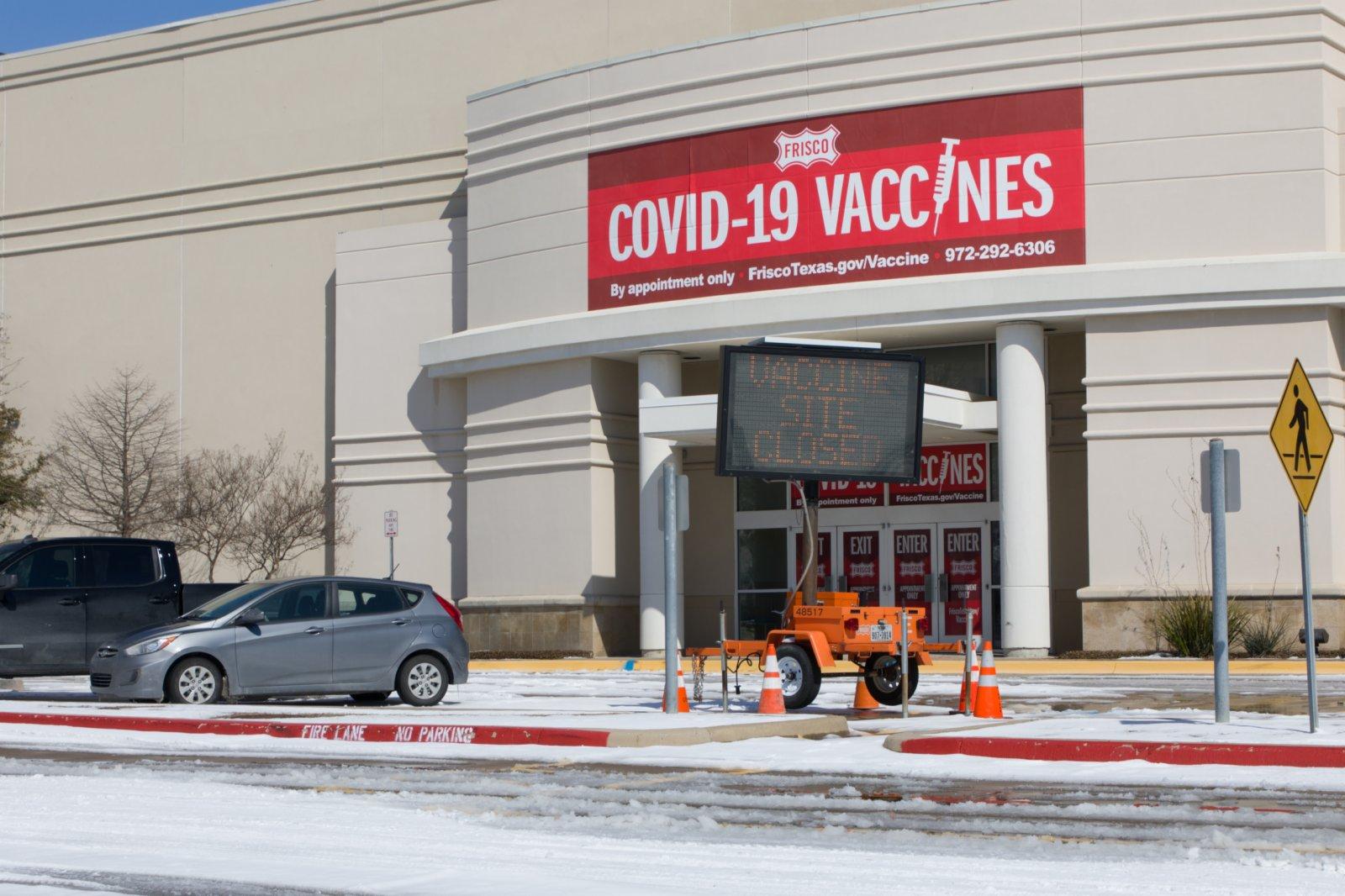 這是2月19日在美國得克薩斯州達拉斯市北郊拍攝的一家關閉的疫苗接種中心。受到冬季風暴和停電影響,美國得州部分地區的新冠疫苗運輸受到影響,一些疫苗接種中心被迫關閉。(新華社)
