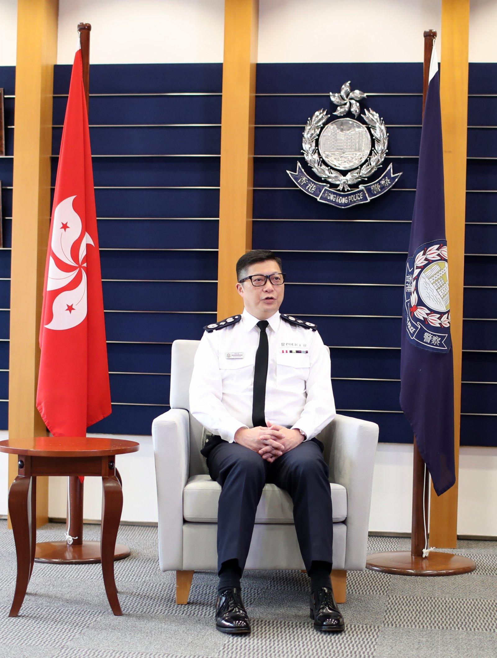 香港警務處處長鄧炳強接受採訪。(新華社)