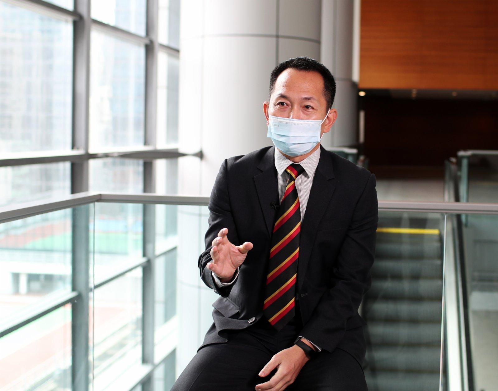 香港警務處公共關係科總督察翁海城接受採訪。(新華社)