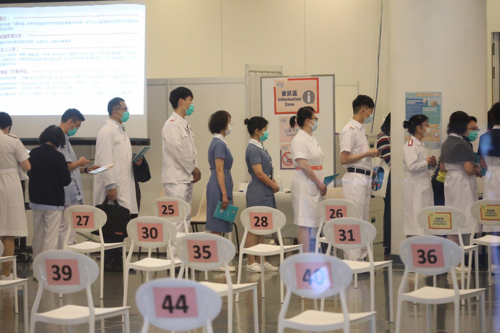 約二百名屬優先接種組別的人士今日(23日)上午十一時至下午一時及下午三時至五時,將率先在設於香港中央圖書館展覽館的社區疫苗接種中心接種新冠疫苗,以呼籲其他優先接種組別人士及早接種疫苗。  這些人士包括醫護人員、安老院舍員工、維持必要公共服務人員、跨境運輸工作人員等。(大公文匯全媒體記者攝)
