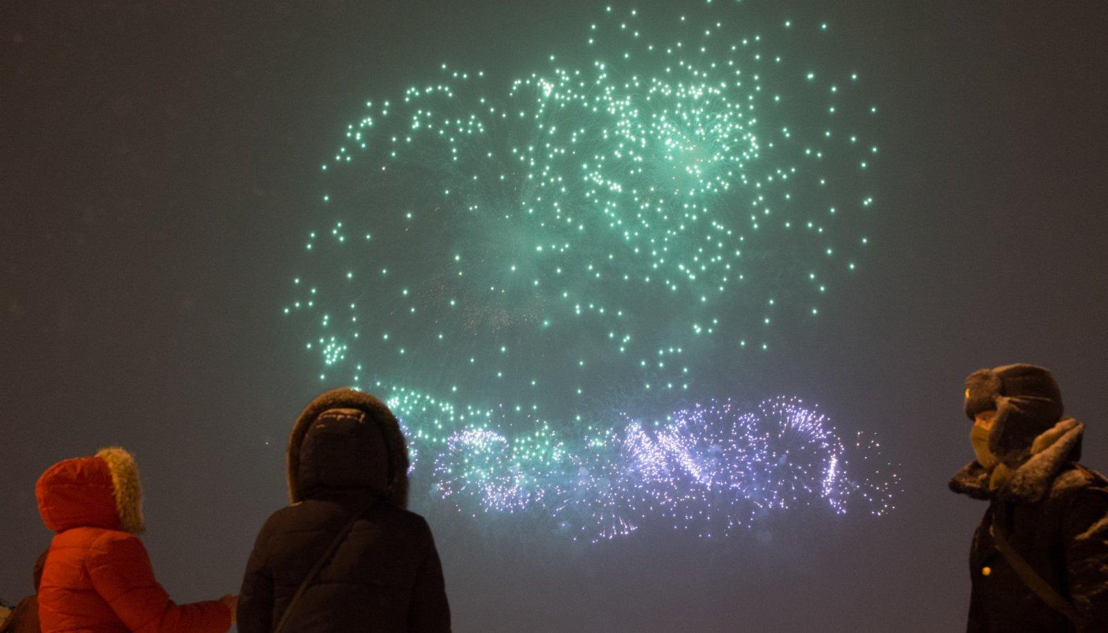 2月23日,俄羅斯聖彼得堡彼得堡羅要塞上空燃起煙花。 當晚,俄羅斯聖彼得堡燃放煙花慶祝祖國保衛者日。(新華社)