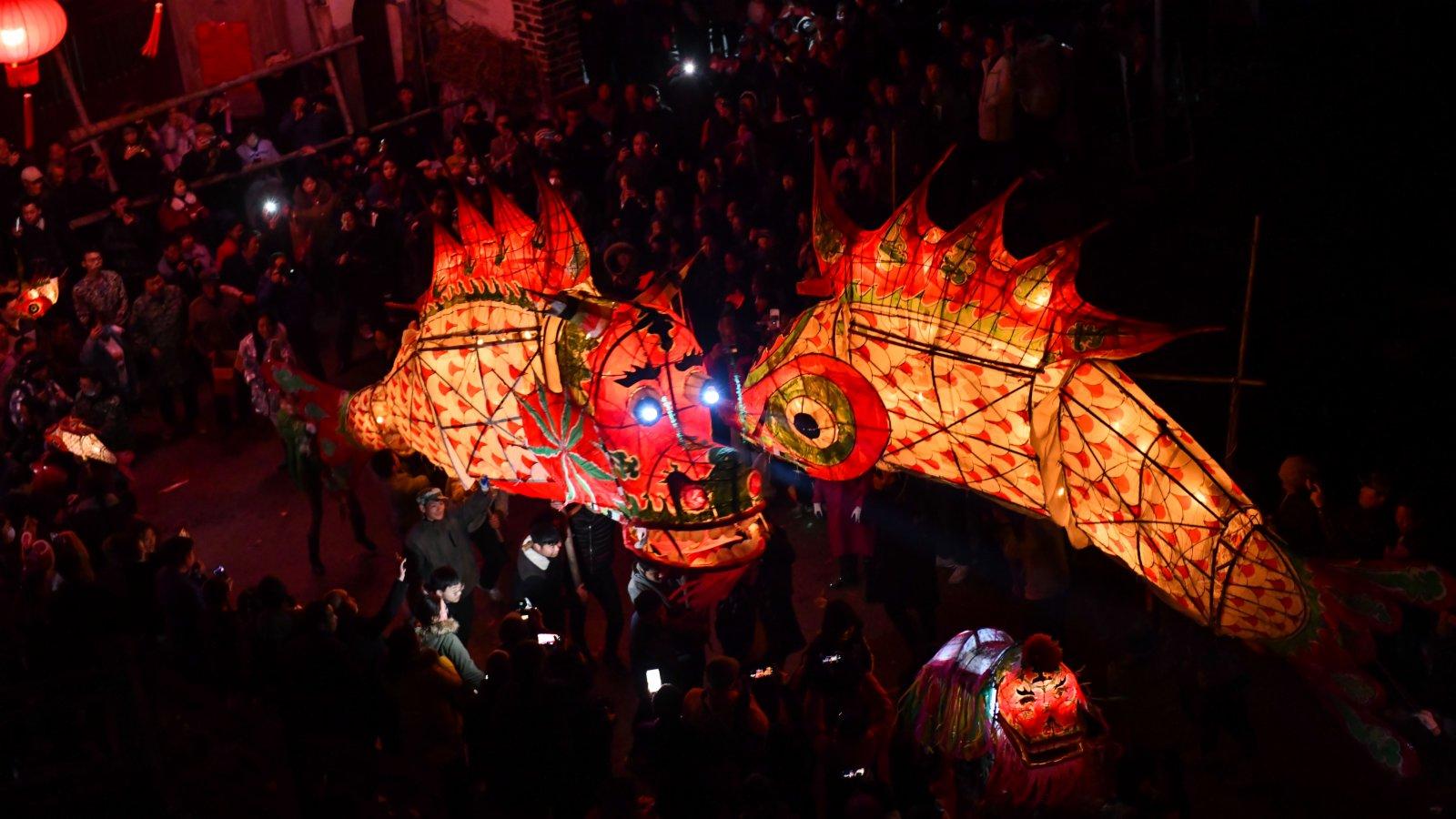 2月26日是中國傳統節日元宵節,佳節之際,安徽省黃山市歙縣溪頭鎮汪滿田村上演「嬉魚燈鬧元宵」,吸引眾多遊客和周邊群眾前來觀賞。(新華社)