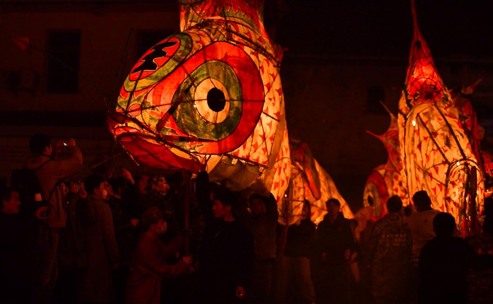 在安徽省黃山市歙縣溪頭鎮汪滿田村,遊客和村民嬉魚燈。(新華社)
