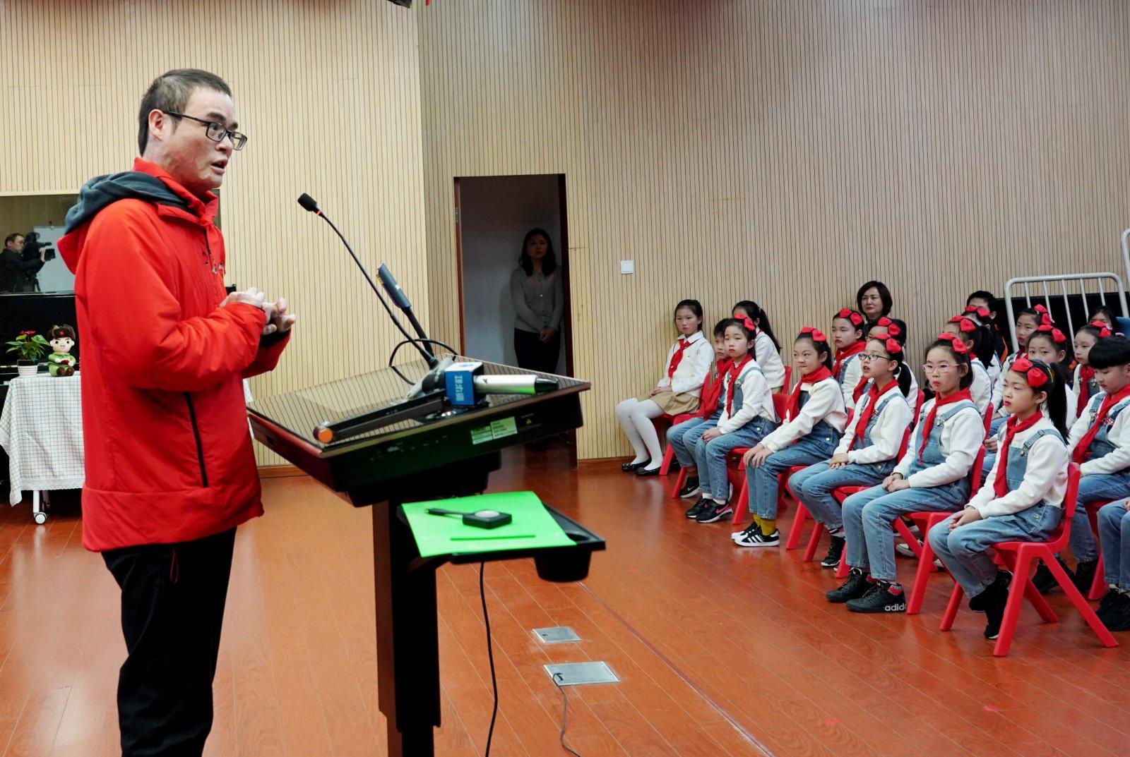 3月1日,王海濱在活動中與學生分享心得。(新華社)