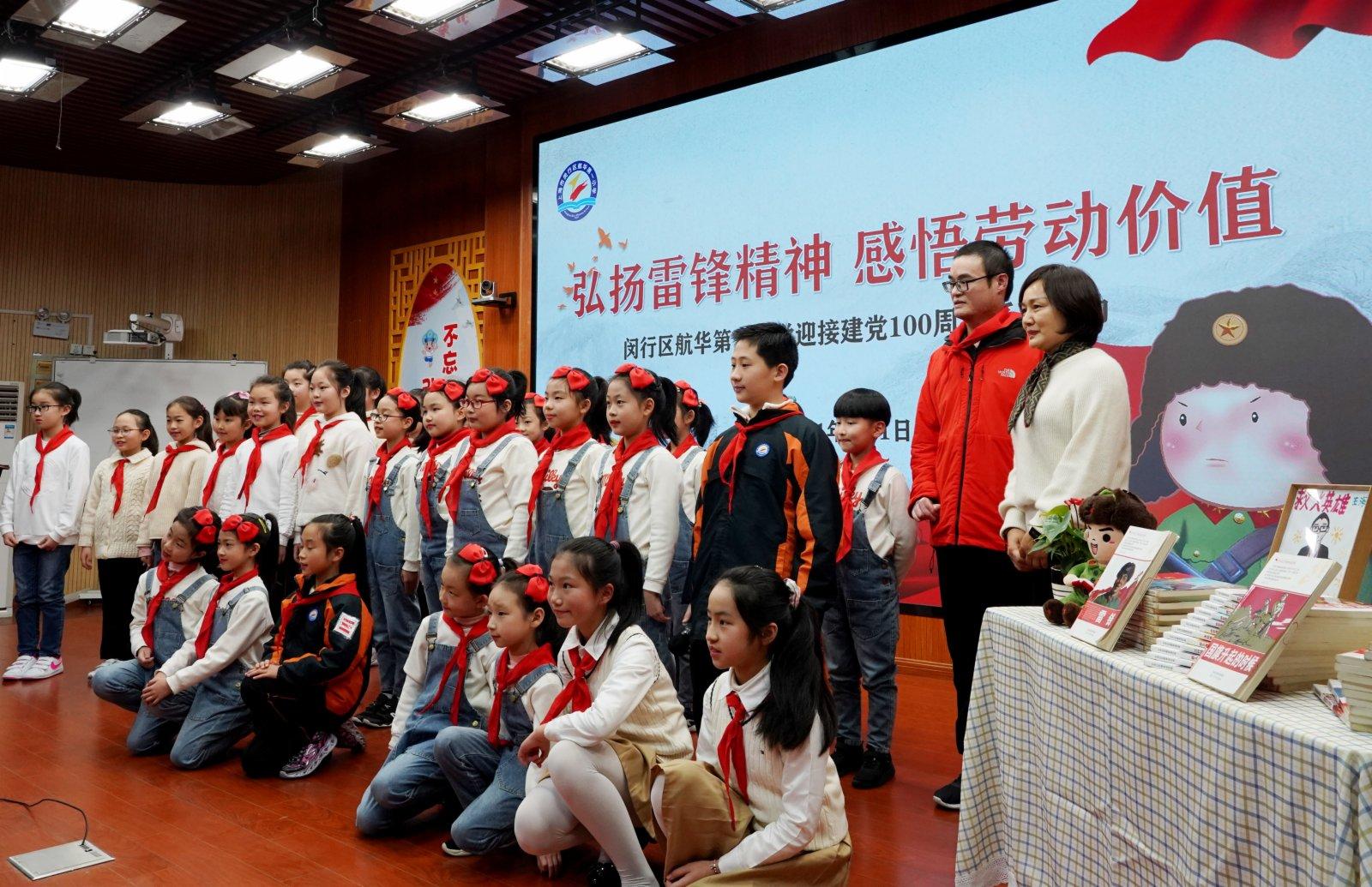 3月1日,學生們在活動現場與王海濱(右二)合影。(新華社)