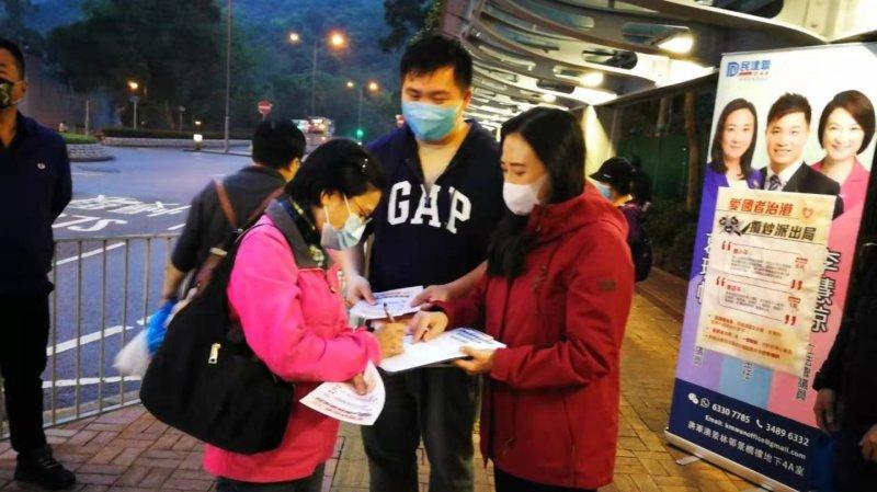 建制派街站撐完善香港選舉制度 市民踴躍簽名