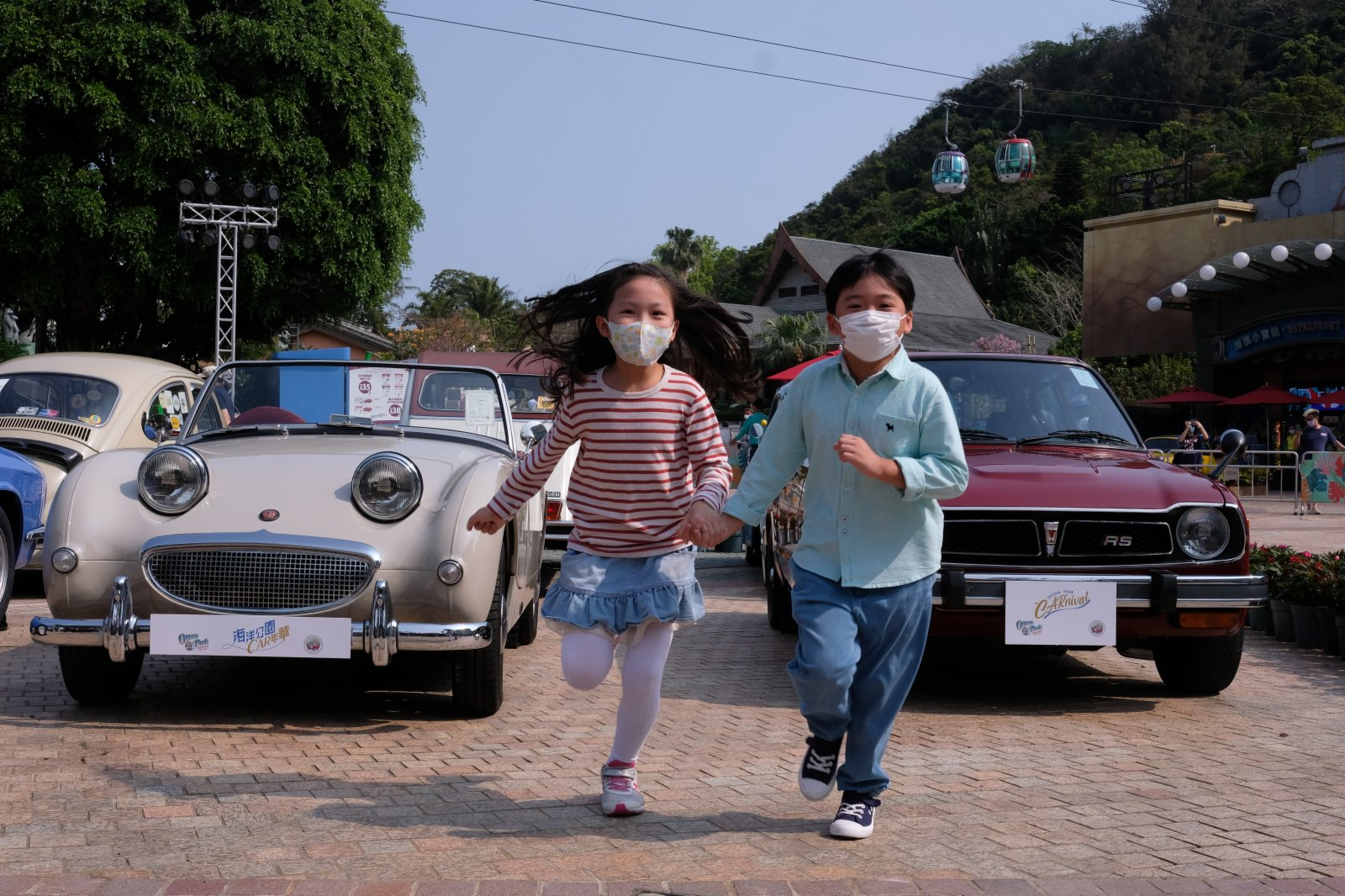 小朋友在眾多老爺車間穿梭嬉戲。