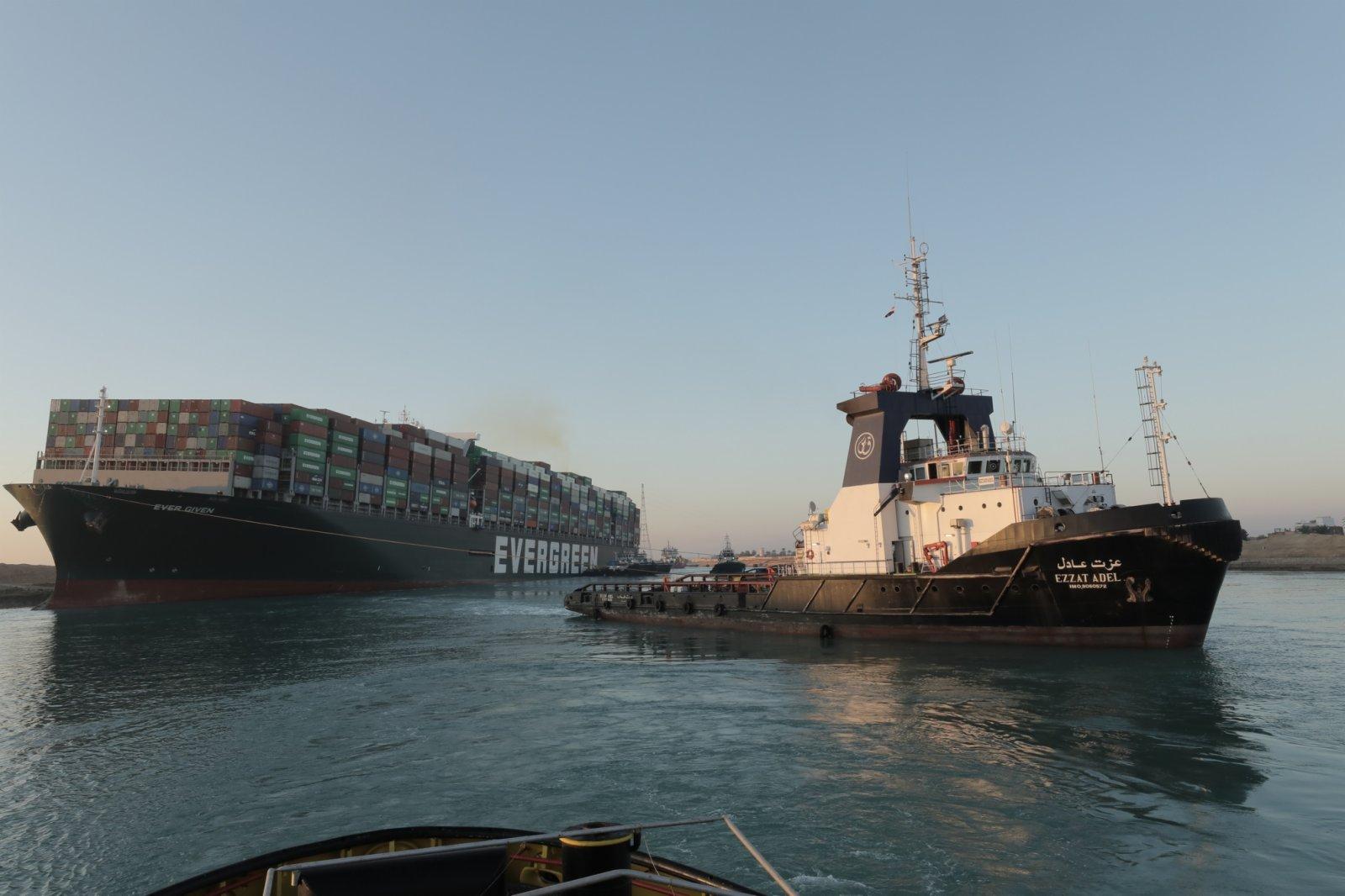 3月29日,救援船隻在埃及蘇伊士運河對被困的重型貨船實施救援作業。(新華社)