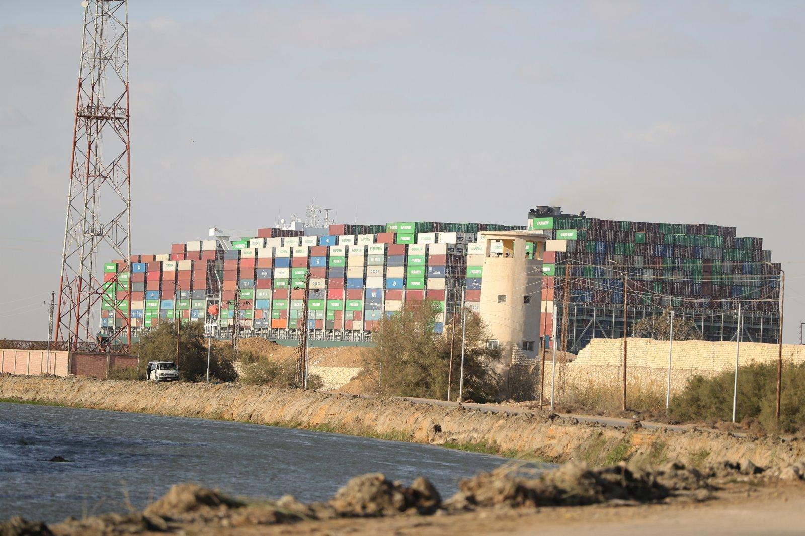 這是3月29日拍攝的移動至埃及蘇伊士運河正常航道上的重型貨輪。(新華社)