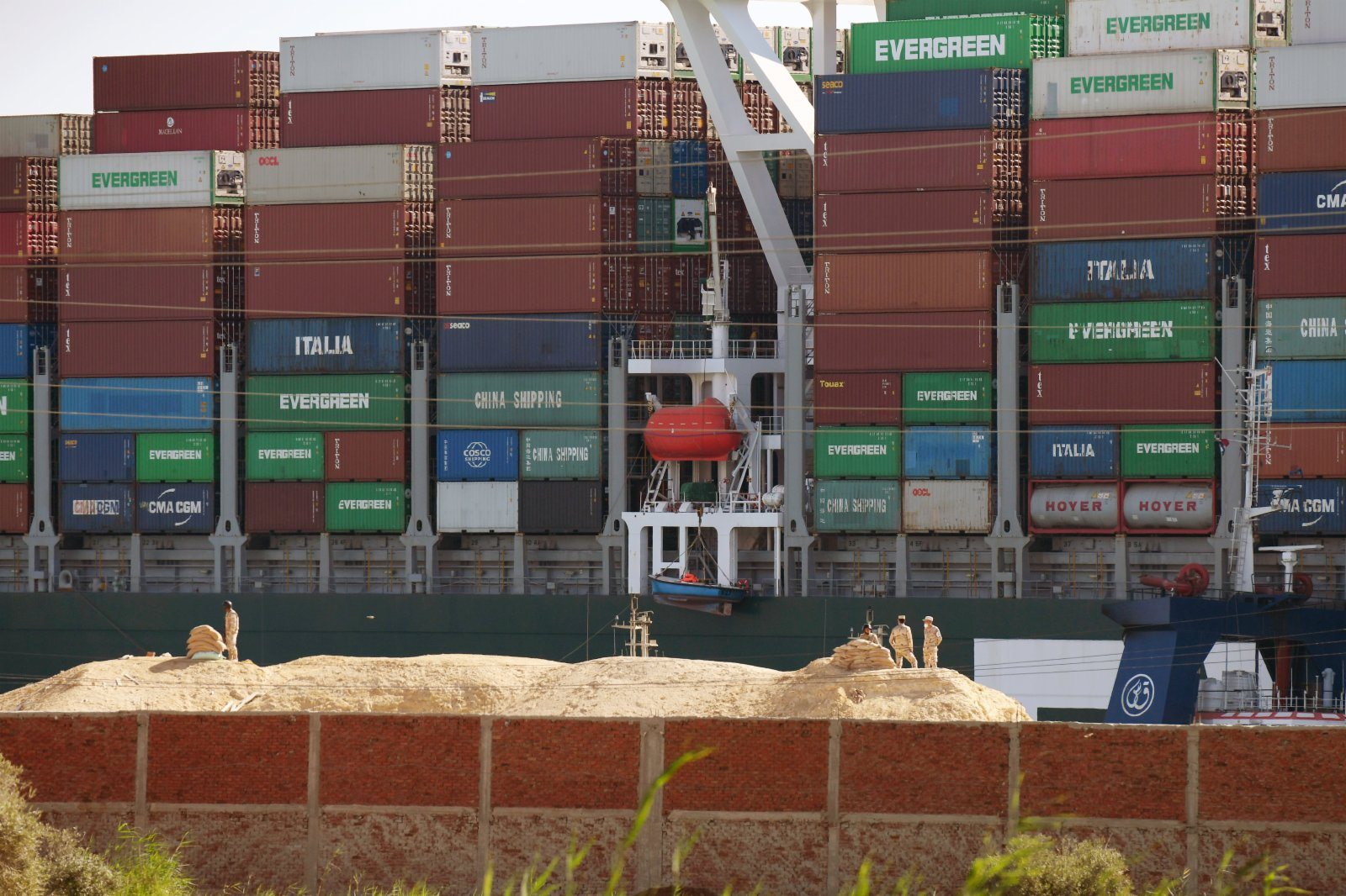 這是3月29日在埃及蘇伊士運河拍攝的已成功起浮的重型貨船。(新華社)