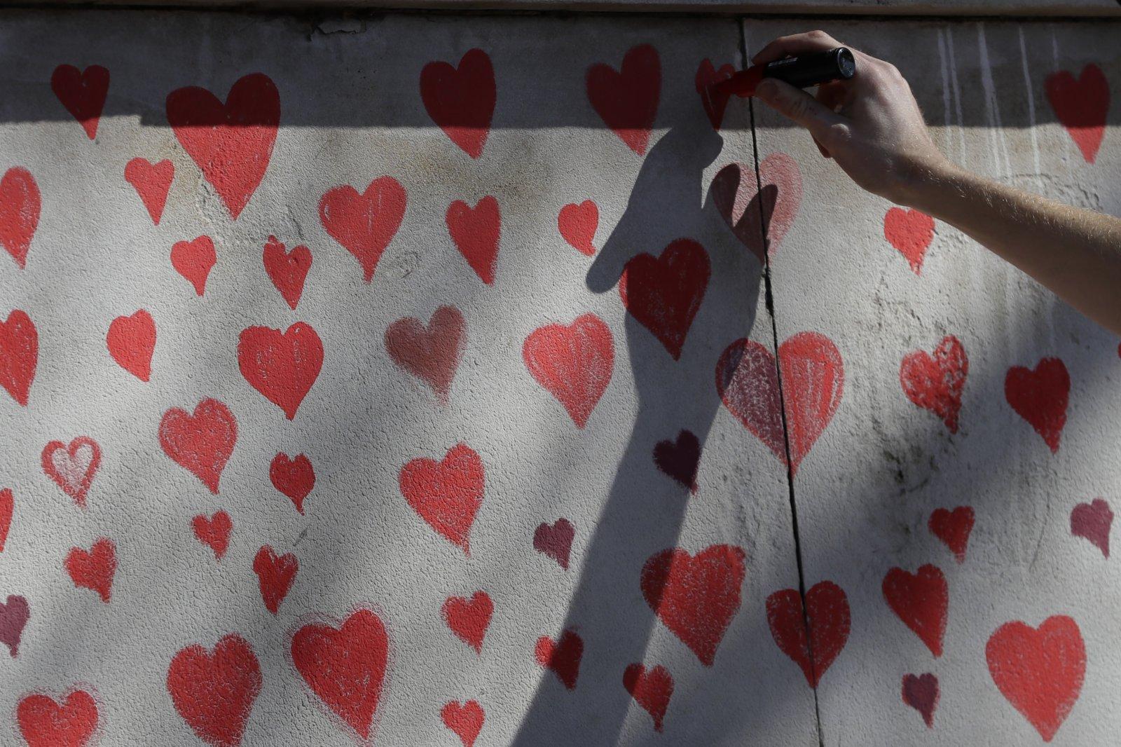 牆上的愛心圖案。