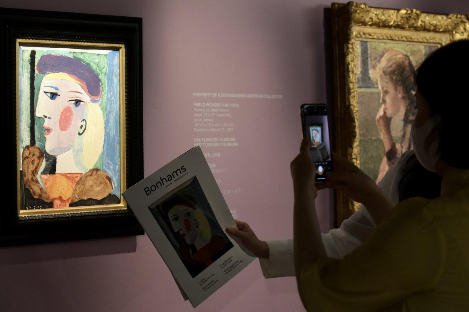 圖為入場人士觀賞巴布羅·畢加索的《戴淡紫色貝雷帽的女子》。