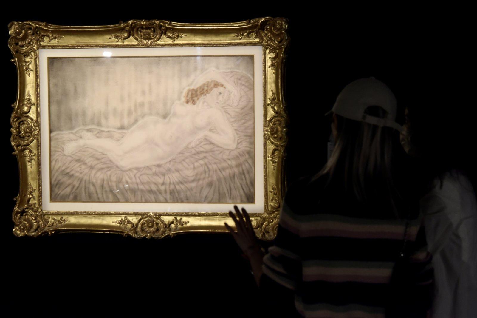 圖為入場人士觀賞籐田嗣治的《側臥裸女》。