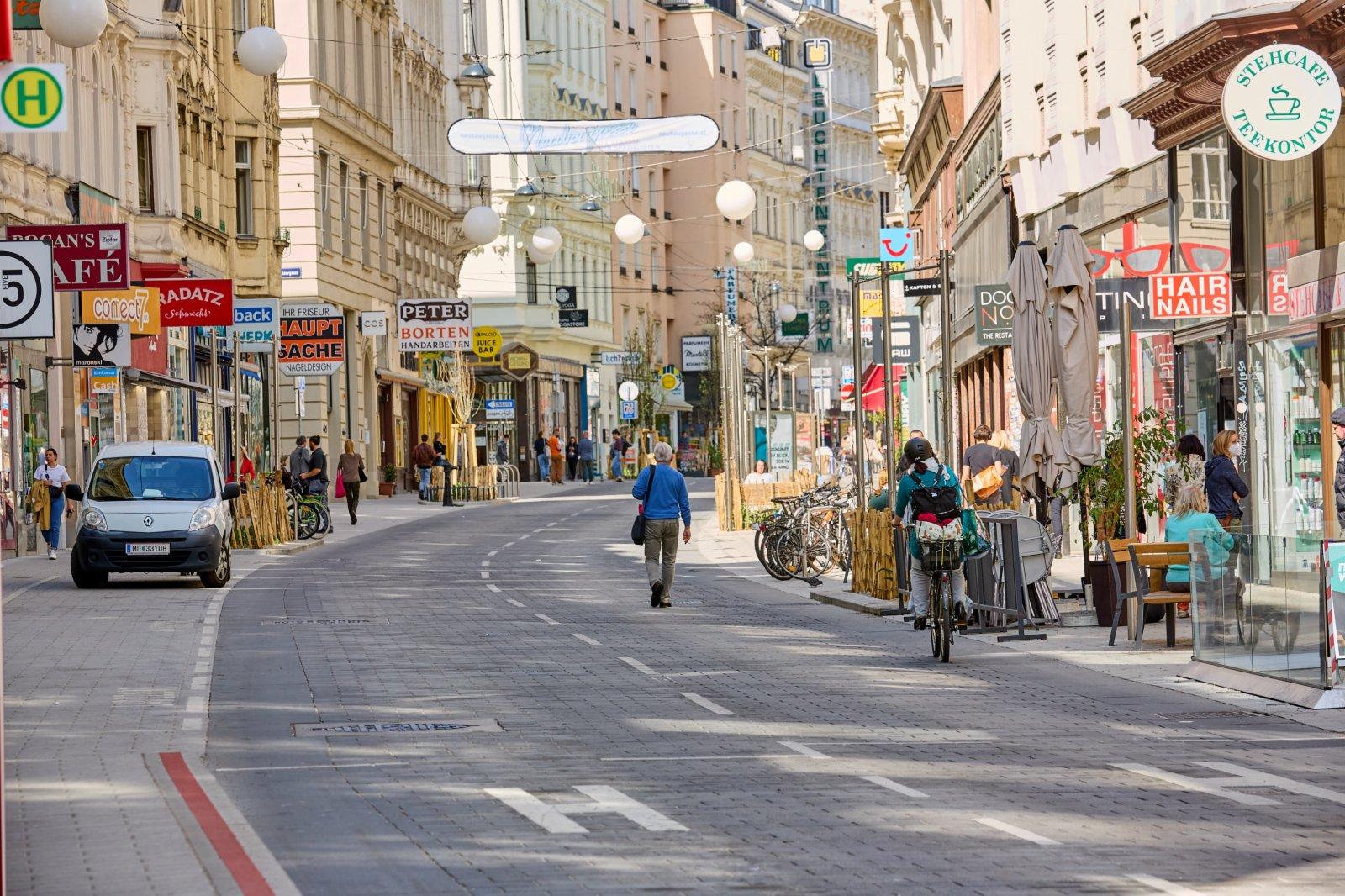 4月1日,奧地利維也納一條購物街上人流稀少。(新華社)