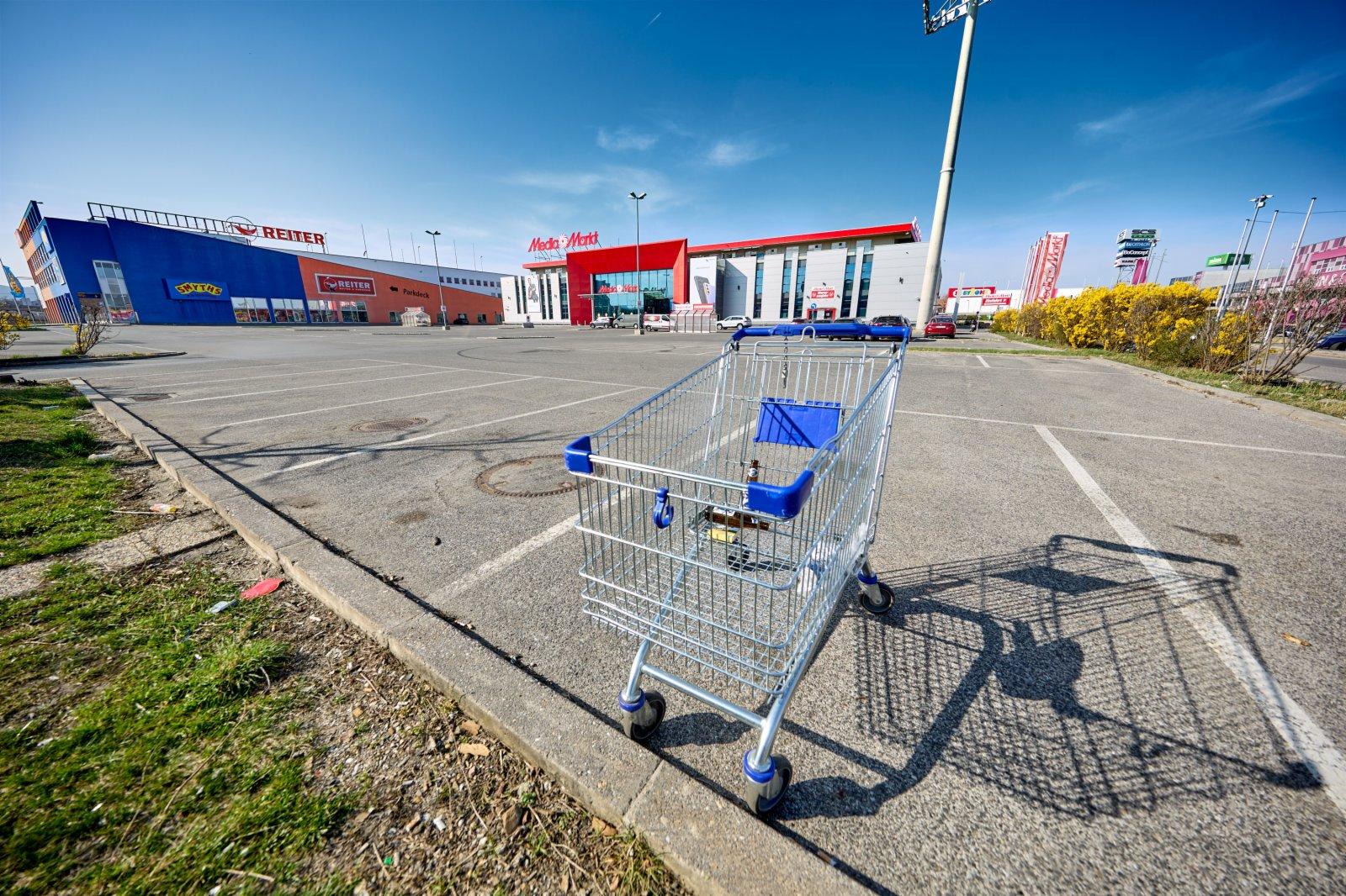 4月1日,在奧地利下奧地利州,一處大型電器商店的停車場空空蕩蕩。(新華社)