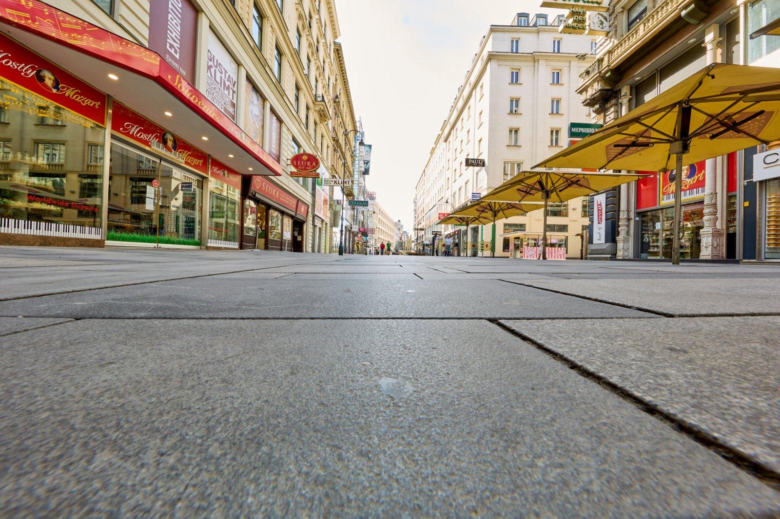 4月1日,在奧地利維也納,一條街道兩旁的店舖已經關閉。(新華社)