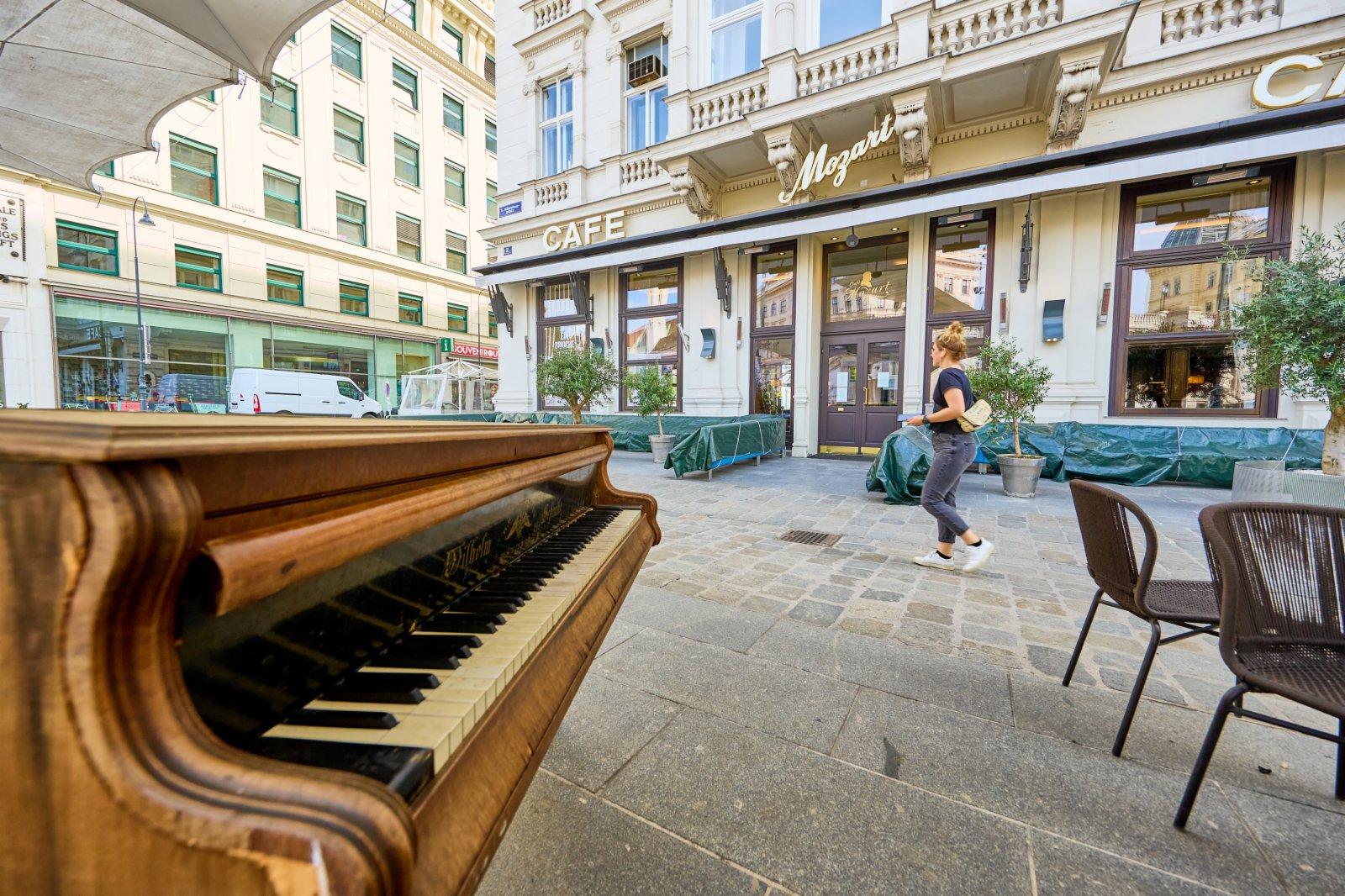 4月1日,在奧地利維也納,行人從一家關閉的咖啡館旁走過。(新華社)