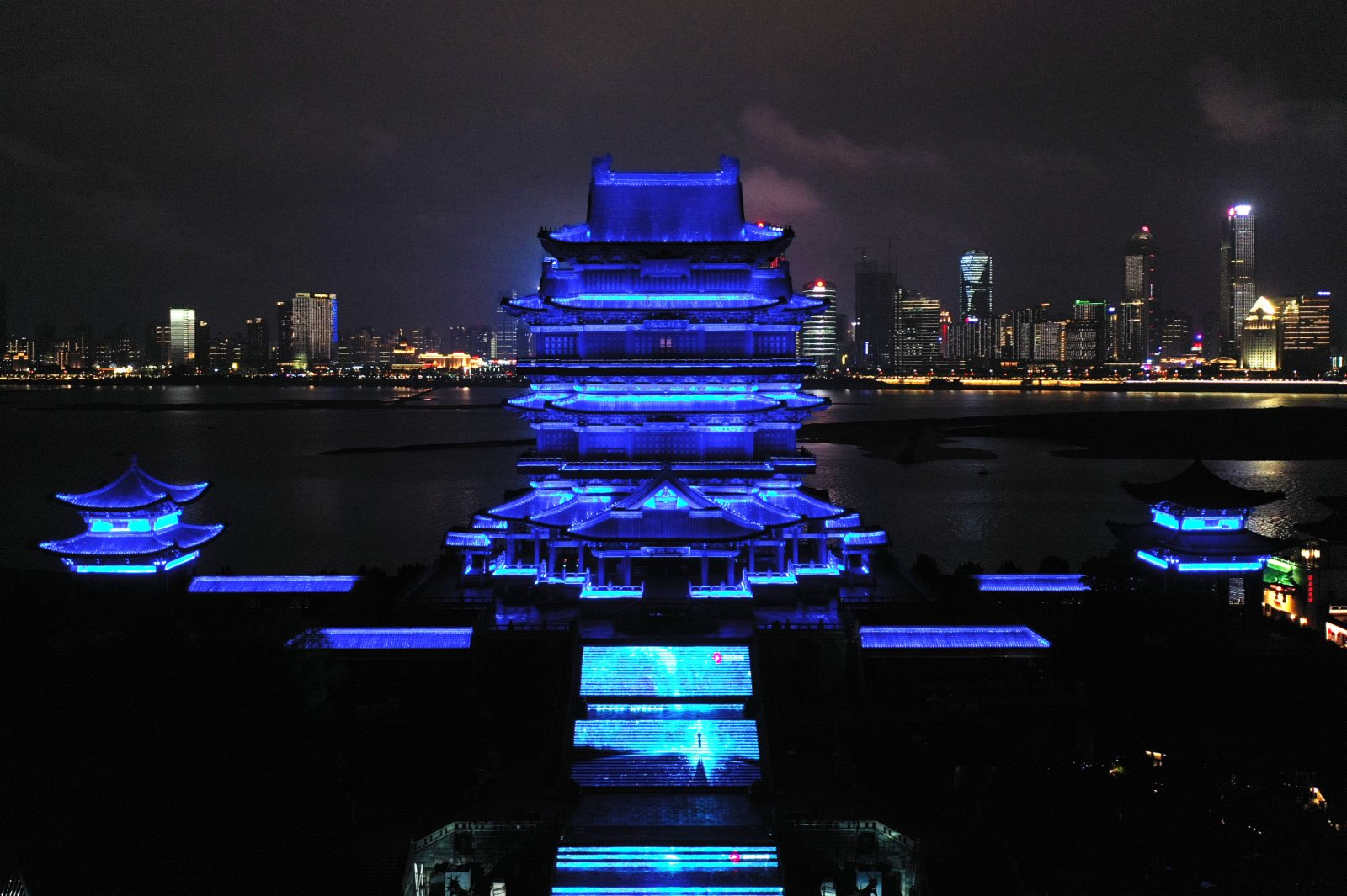4月2日晚,江西南昌市滕王閣旅遊區聯合包括岳陽樓、黃鶴樓在內的中國18座歷史文化名樓,共同「點亮藍燈」,號召社會關注自閉症群體,呼籲公眾關愛「星星的孩子」。中新社
