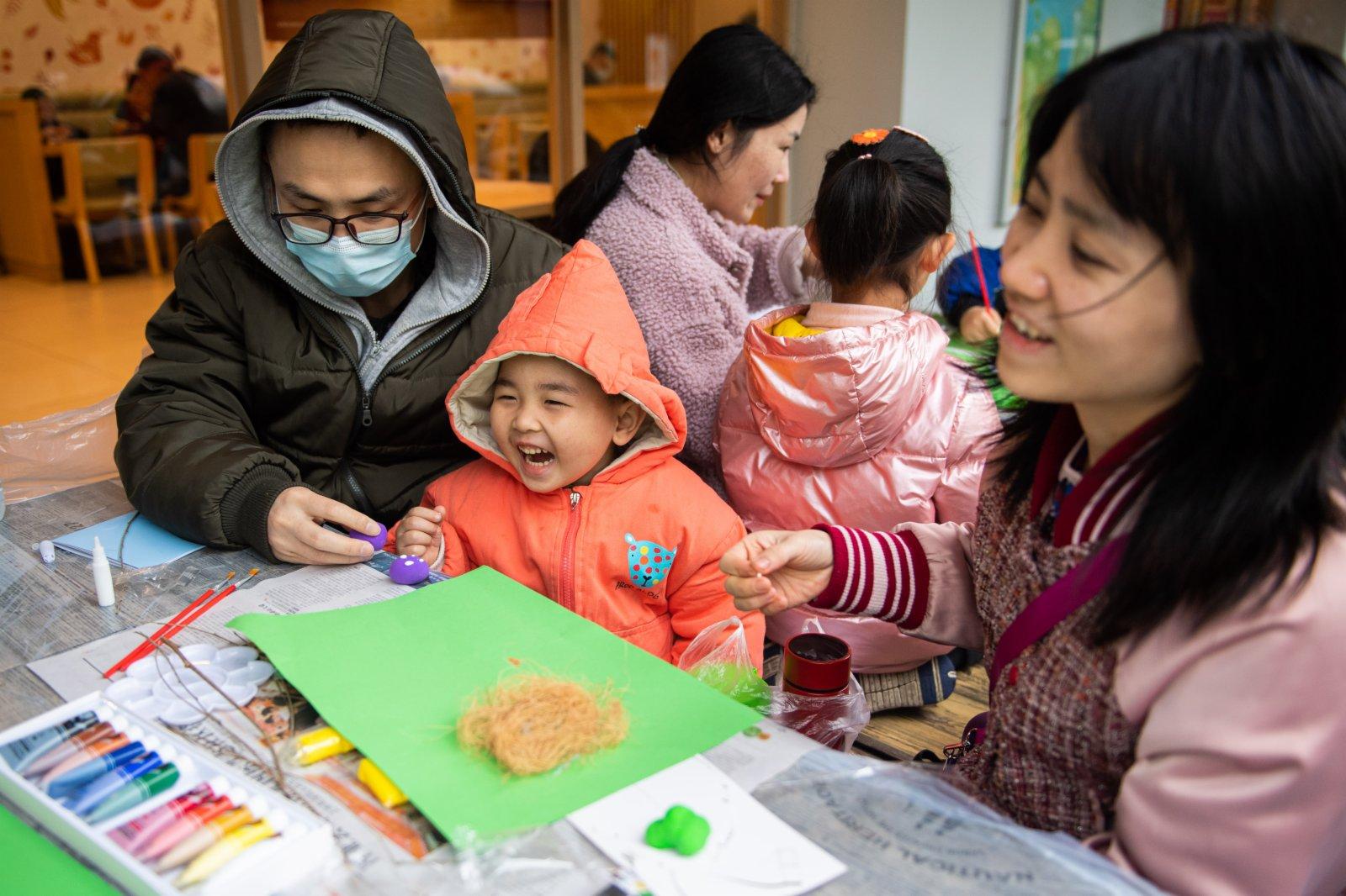 4月3日,家長帶着孩子在長沙生態動物園一起製作鳥類插畫。(新華社)