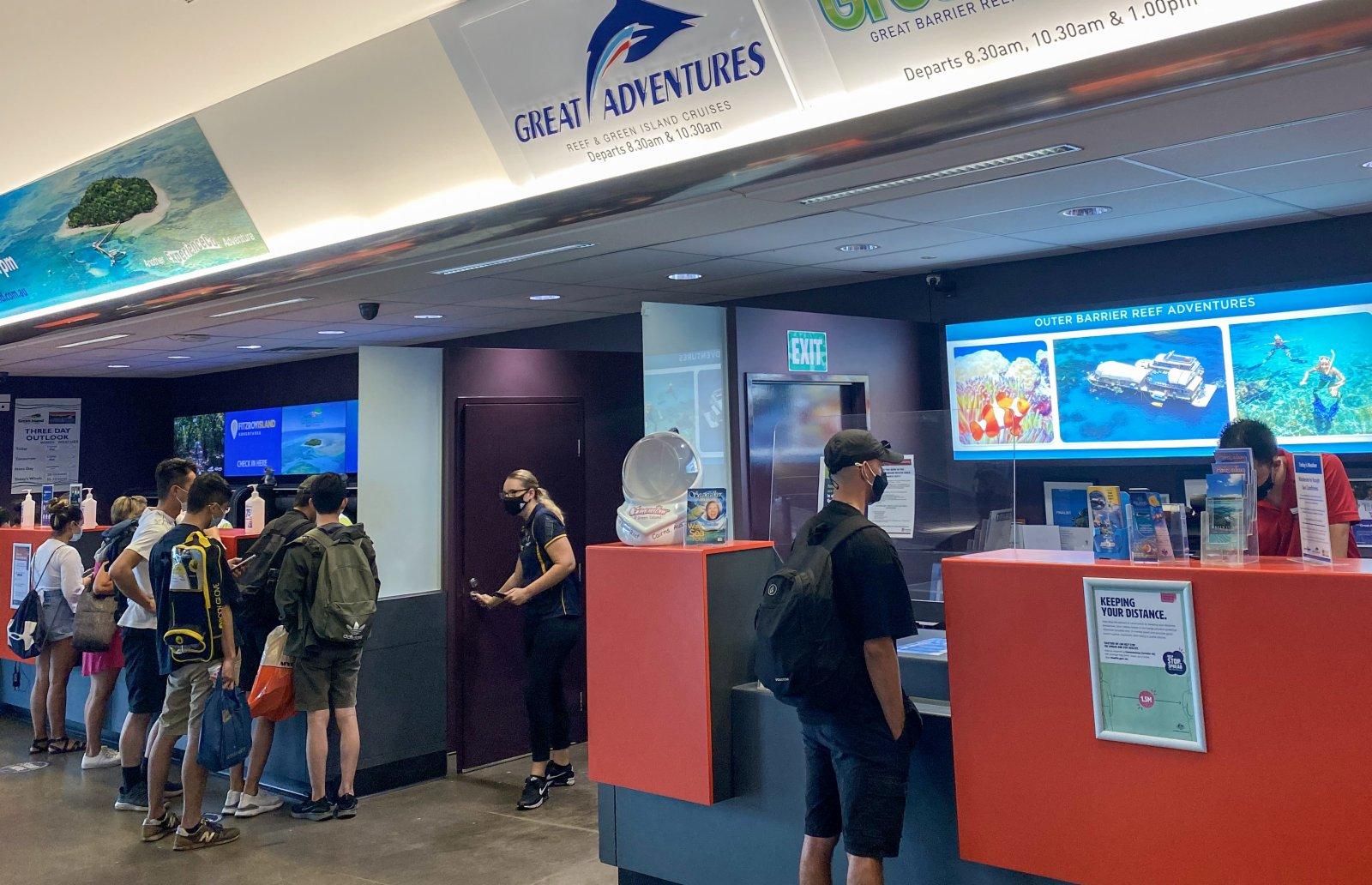 4月2日,遊客在澳大利亞凱恩斯遊客中心碼頭排隊。(新華社)