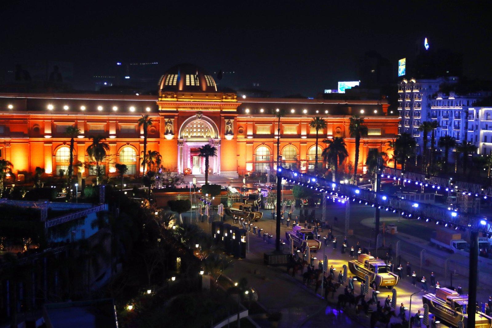 4月3日,在埃及首都開羅解放廣場,用於運送木乃伊的金色定製花車駛離埃及國家博物館。(新華社)
