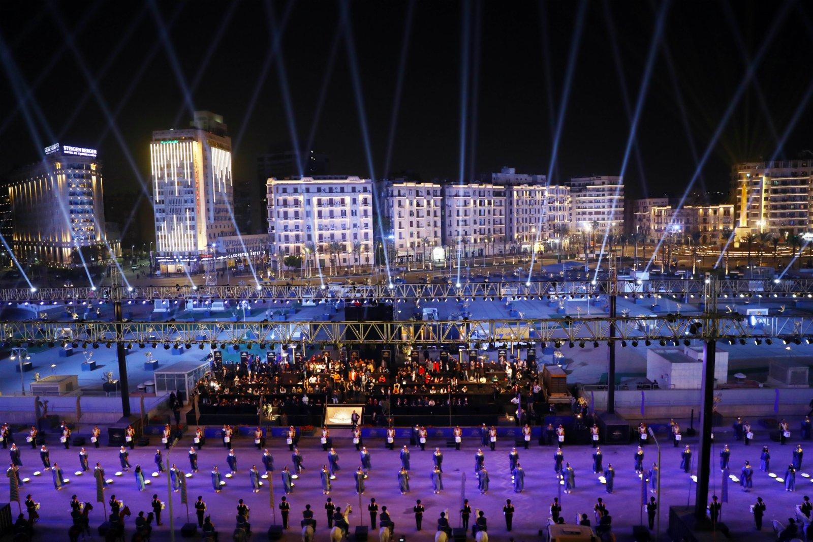 這是4月3日在埃及首都開羅木乃伊轉移現場的文藝演出。(新華社)