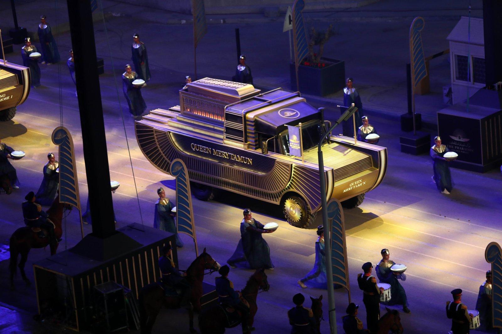 這是4月3日在埃及首都開羅拍攝的用於運送木乃伊的金色定製花車。(新華社)