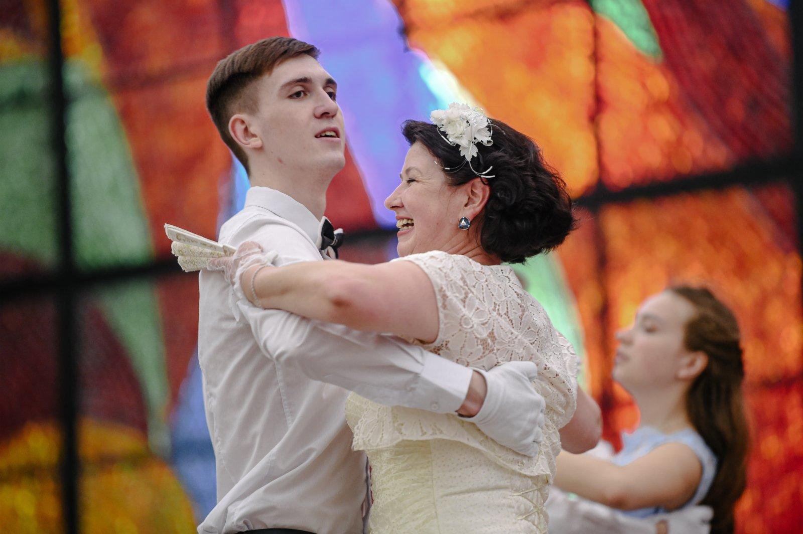 4月3日,在俄羅斯首都莫斯科,人們身著盛裝參加舞會。(新華社)