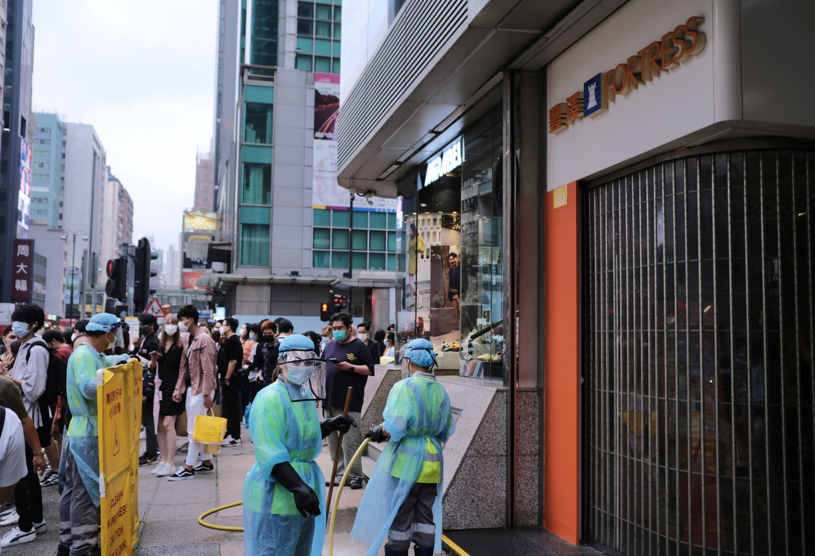 圖為清潔工人於涉事電器鋪外的街道進行清潔。(香港中通社)