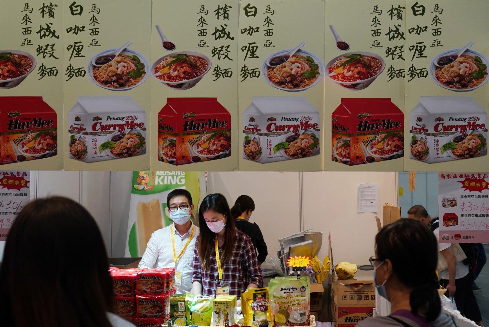 在香港會展中心舉行的「第十八屆香港春日美食節」上拍攝的參展商攤位。