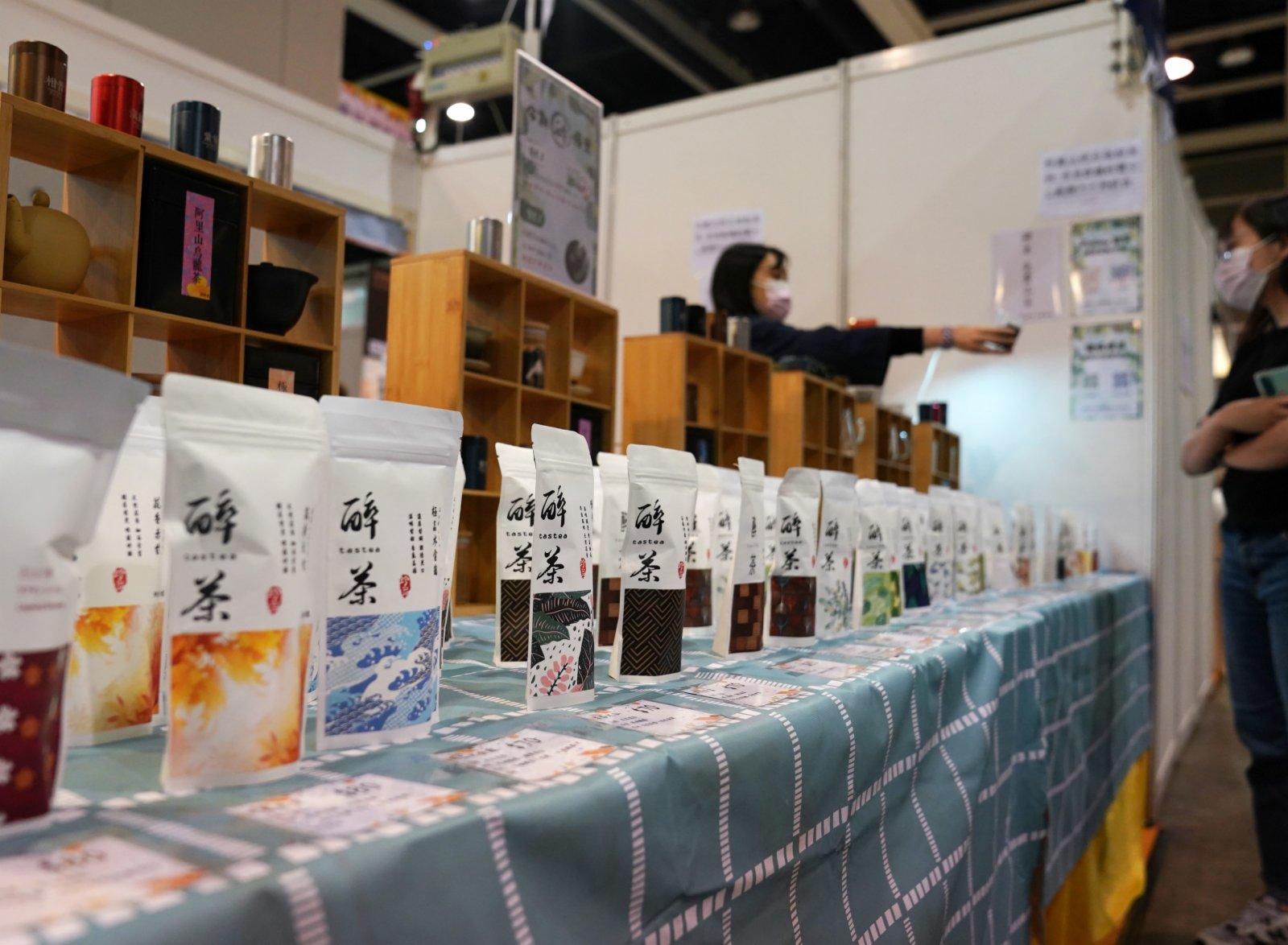 在香港會展中心舉行的「第十八屆香港春日美食節」上,參展商在招呼顧客。
