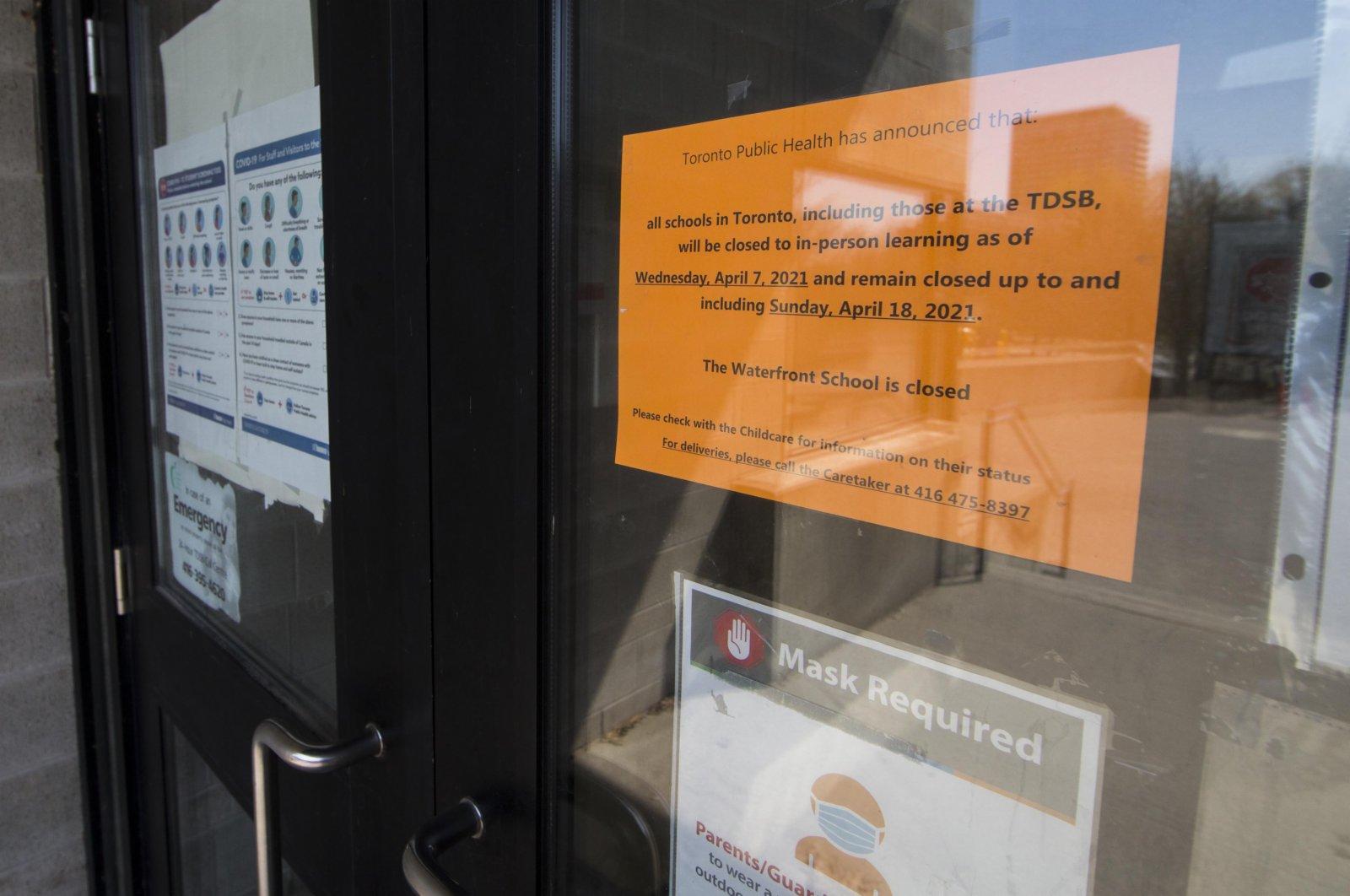 這是4月7日在加拿大多倫多一所學校大門前拍攝的關閉通知。(新華社)