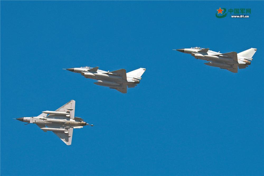 3月下旬,空軍某機場引擎轟鳴。一聲令下,東部戰區空軍航空兵某旅多架戰機接續升空,赴預定空域開展實戰化訓練。