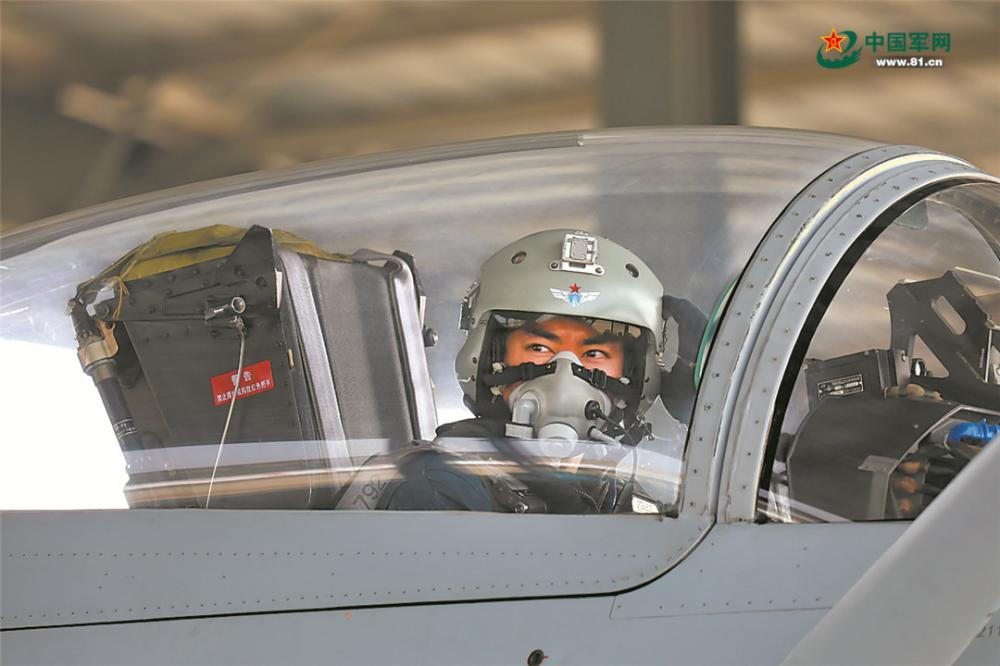 飛行員起飛前準備完畢。
