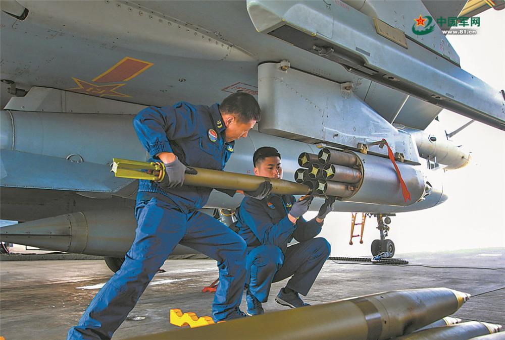 地勤人員快速裝填彈藥。