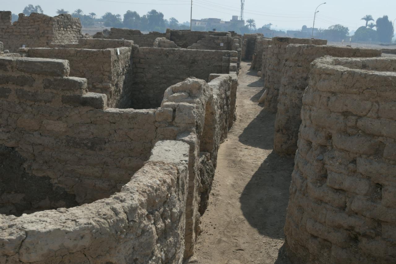 這是在埃及盧克索拍攝的都城遺址考古現場出土文物。(新華社)