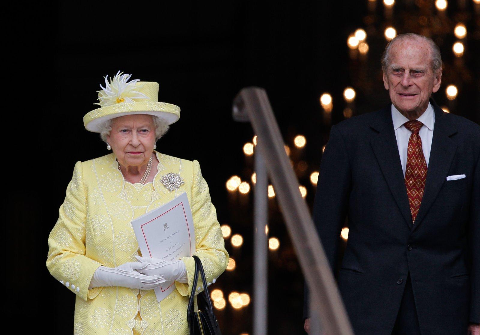 英國女王伊麗莎白二世和丈夫菲臘親王參加全國感恩儀式後離開聖保羅大教堂。 新華社資料圖