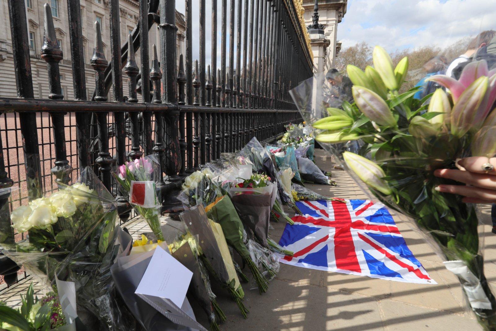 4月9日,人們在英國倫敦的白金漢宮門前擺放鮮花,寄託哀思。新華社