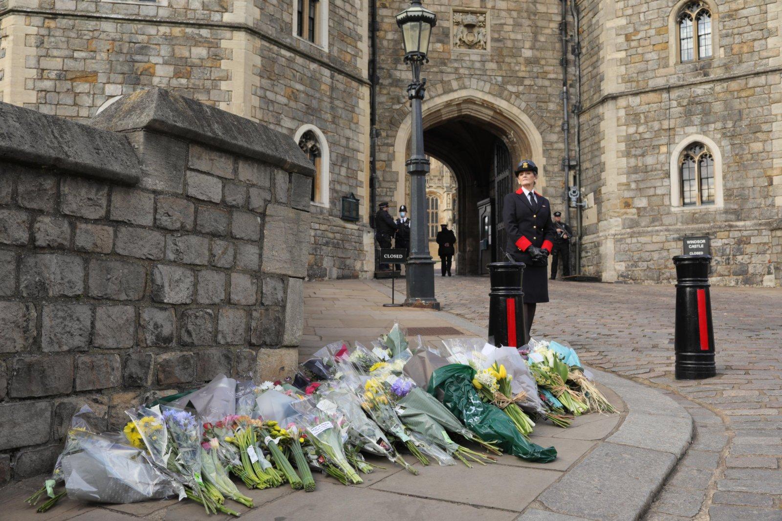 人們在英國溫莎城堡前擺放鮮花。新華社