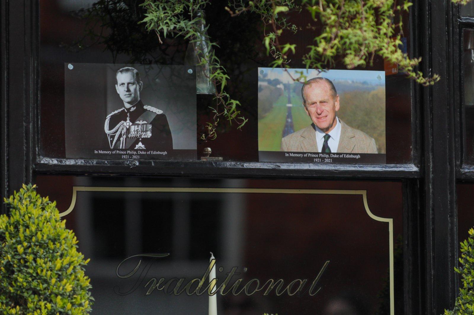 這是4月9日在英國溫莎城堡附近的一家酒吧門外拍攝的菲臘親王的照片。新華社